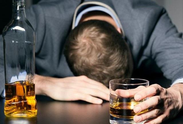 Nguyên nhân dẫn đến uống rượu nôn ra máu