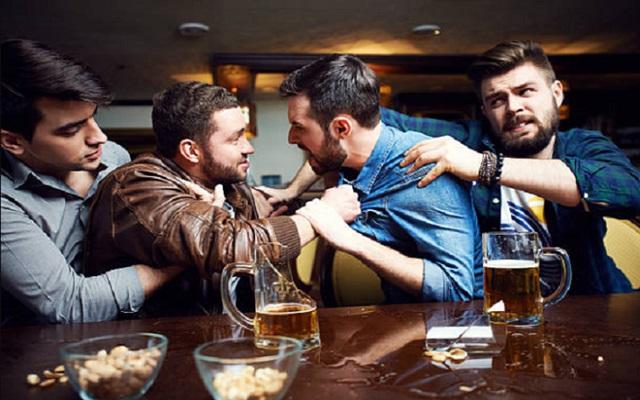 Khi say xỉn người ta thường khó kiểm soát được hành vi của mình