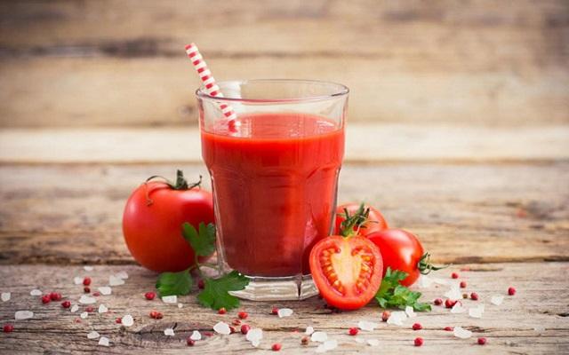 Uống một ít nước ép trái cây mọng nước là cách giải rượu tại nhà hiệu quả