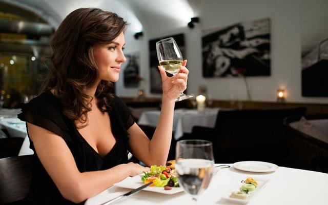 Vừa uống rượu vừa nhấm nháp thức ăn là một cách uống được nhiều rượu hiệu quả